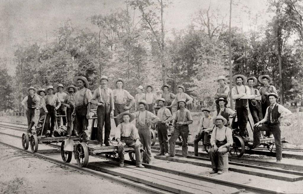 Одна из первых групповых фотографий рабочих Нью-Йорка. На снимке желенодорожники середины 1870-х
