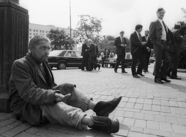 44008 01.12.1990 Нищий просит милостыню на улицах Москвы. Федосеев/РИА Новости
